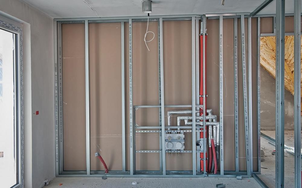 ... leidingen kunnen netjes weggestopt worden achter het metalen frame
